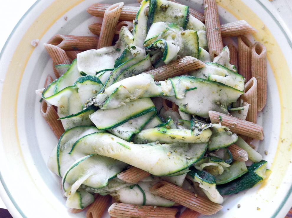 Penne di farro integrali con zucchine, gomasio e olio di semi di zucca